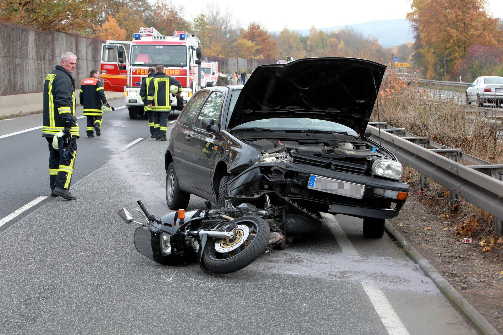 Schwerer Verkehrsunfall mit Beteiligung eines Motorradfahrers auf der B 7 im Kreis Kassel bei Niederkaufungen zwischen Kaufungen und Kassel am Samstagnachmittag (31. Oktober 2009) um 14.15 Uhr. Nach dem vorläufigen Ermittlungsergebnis der Beamten des Kasseler Polizeireviers Ost, die den Unfall vor Ort aufnahmen, ergibt sich folgender Sachstand: Ein 42-jähriger Motorradfahrer aus Großalmerode fuhr an der Anschlussstelle Niederkaufungen auf die dort 4-spurig ausgebaute B 7 in Fahrtrichtung Kassel auf und geriet vermutlich vorzeitig vom Beschleunigungsstreifen auf die rechte Fahrspur der Hauptfahrbahn. Die dort mit ihrem Pkw fahrende 25-jährige Frau aus Kassel kollidierte vermutlich in Folge eines Ausweichmanövers mit einem auf dem linken Fahrstreifen von hinten herannahenden VW Golf, der von einem 24-jährigen Mann aus Kassel gesteuert wurde. Der Golf geriet ins Schleudern, wobei er auch die Mittelleitplanke streifte, und fuhr dann auf das Motorrad von hinten auf. Der Motorradfahrer zog sich bei dem Aufprall auf den Pkw und dem anschließenden Sturz auf die Fahrbahn lebensgefährliche Verletzungen zu. Sein Motorrad wurde vorn unter dem Golf eingeklemmt und noch ca. 400m weit mitgeschleift. Der Motorradfahrer wurde ins Klinikum Kassel eingeliefert. Die beiden Pkw-Fahrer erlitten einen Schock und wurden vorsorglich in Kasseler Krankenhäusern aufgenommen. Mit der endgültigen Rekonstruktion des Unfallgeschehens wurde auf Anordnung der Staatsanwaltschaft ein Gutachter beauftragt. Es entstand Sachschaden in Höhe von ca. 10.000,- Euro. Die B 7 war in Fahrtrichtung Kassel bis gegen 17:00 Uhr gesperrt. Der Verkehr wurde durch Polizeibeamte örtlich umgeleitet, teilte das Polizeipräsidium Nordhessen mit.