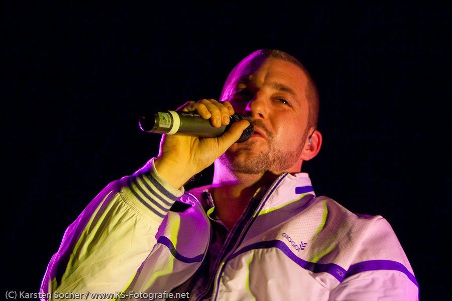 Das Bo Live in der Stadthalle Kassel. Mirko Bogojević (* 1976 in Hamburg), Kunstlername Das Bo, ist ein deutsch-bosnischer Rapper und Hip-Hop-Musiker. Bekannt wurde er mit der Band Fünf Sterne deluxe, die aus dem Hip-Hop-Duo Der Tobi & das Bo hervorgegangen ist.