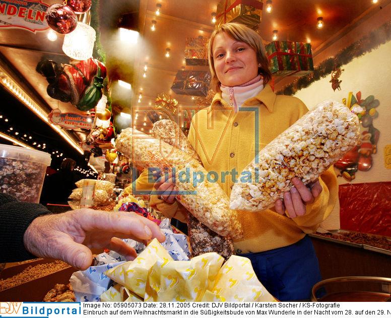 Einbruch auf dem Weihnachtsmarkt in die Süßigkeitsbude von Max Wunderle in der Nacht vom 28. auf den 29. November 2005. Für 50 Euro klauten die Einbrecher Popcorn und Mandeln, der Sachschaden am Haus beträgt 50 Euro. Verkäuferin Beata Fulawka aus Polen hält zwei Tüten Popcorn in den Händen.